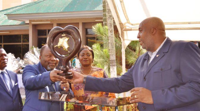 Le Ministre des Affaires Foncières, Mr Aimé SAKOMBI MOLENDO, en cérémonie d'échange des vœux  à l'espace Restaurant 19 dans la commune de Gombe.
